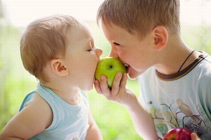 """""""Клятые рептилойды"""" травят детишек вкусными и дешёвыми гиппоалергенными яблоками"""