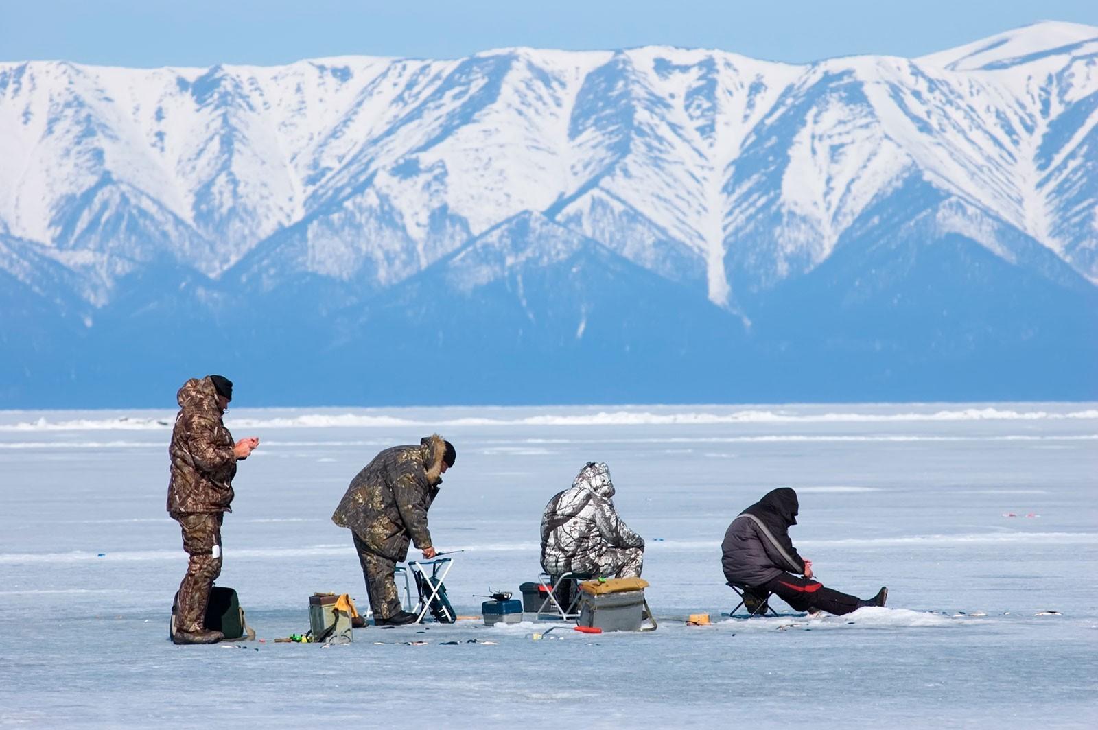 Подледная рыбалка на озере