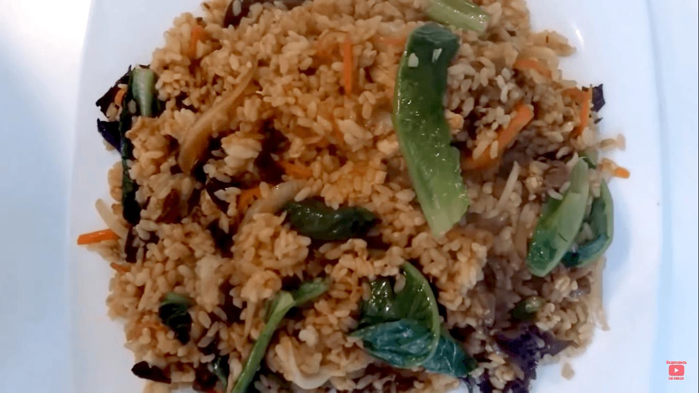 Жареный рис с говядиной и овощами
