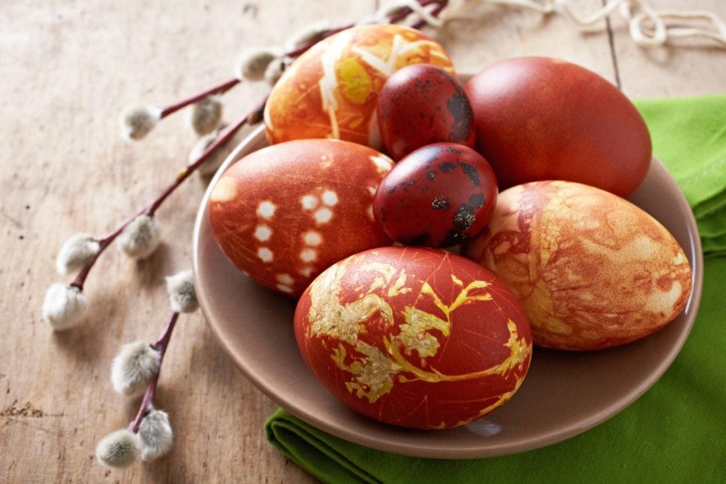 Варка яиц в луковой шелухе
