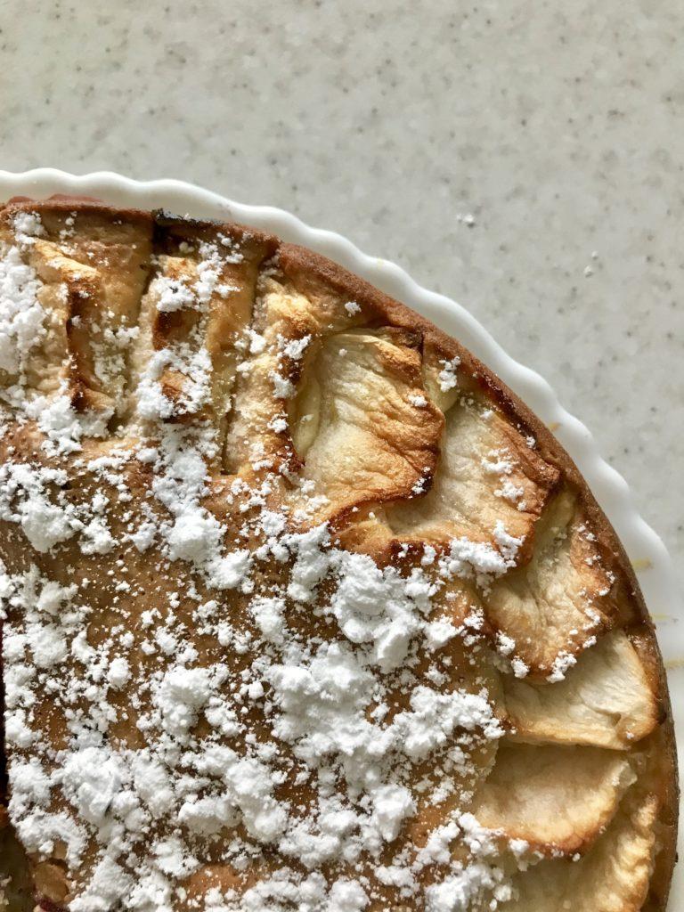Пирог с чёрной смородиной и яблоками