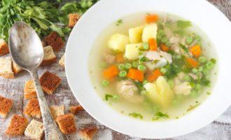Легкий летний суп из курицы и молодого горошка