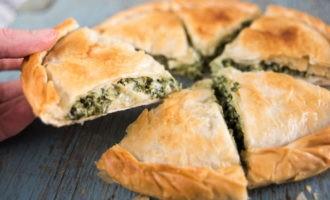Сытный пирог из слоеного теста с сыром и зеленью- пальчики оближешь!